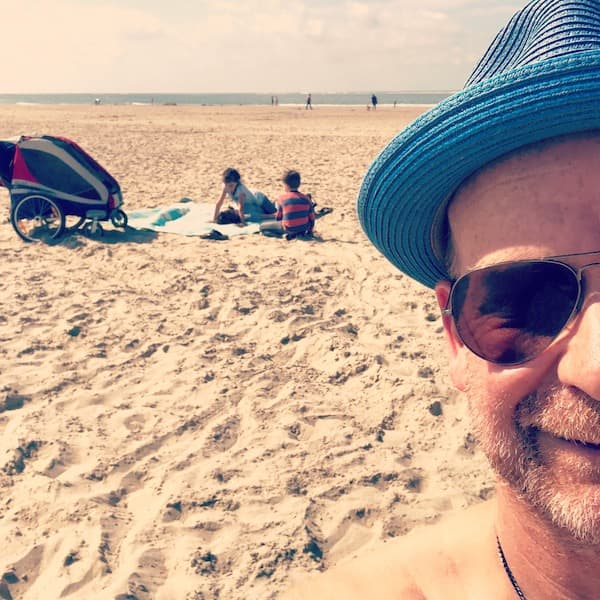 SEO mit Hut am Strand